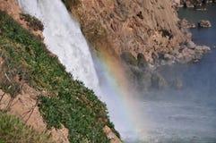 Duden vattenfall i Antalya med en synlig regnbåge Arkivfoto