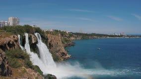 Duden vattenfall i Antalya, Turkiet i en h?rlig sommardag glass f?rstorande ?versiktslopp f?r destination stock video