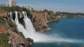 Duden vattenfall i Antalya, Turkiet i en h?rlig sommardag glass f?rstorande ?versiktslopp f?r destination lager videofilmer