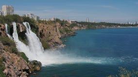 Duden vattenfall i Antalya, Turkiet i en h?rlig sommardag glass f?rstorande ?versiktslopp f?r destination arkivfilmer