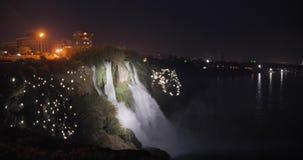 Duden vattenfall på natten i Antalya, Turkiet med magiska ljus omkring glass f?rstorande ?versiktslopp f?r destination lager videofilmer