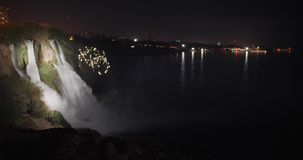 Duden vattenfall på natten i Antalya, Turkiet med magiska ljus omkring glass f?rstorande ?versiktslopp f?r destination arkivfilmer
