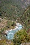 Dudh Kosi flod i Himalayas Arkivbild