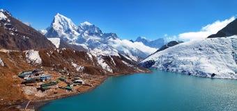 Dudh Pokhari Tso或Gokyo湖, Gokyo村庄 库存照片