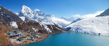 Dudh Pokhari Tso或Gokyo湖, Gokyo村庄 库存图片