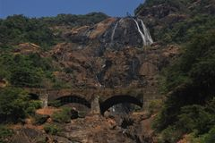 Dudhsagar - cascata nella giungla Fotografia Stock Libera da Diritti
