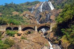 Dudhsagar Wasserfälle und Eisenbahn-Brücke Lizenzfreie Stockbilder