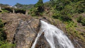 Dudhsagar watervalgoa india, waterval bij geiten, witte waterval, beste waterval in Goa stock video