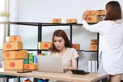 Dueño asiático del empresario del adolescente que trabaja junto en el lugar de trabajo en casa Cree la pequeña empresa imagen de archivo