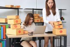 Dueño asiático del empresario del adolescente que trabaja junto en el lugar de trabajo en casa Cree la pequeña empresa foto de archivo