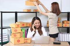 Dueño asiático del empresario del adolescente que trabaja junto en el lugar de trabajo en casa Cree la pequeña empresa foto de archivo libre de regalías