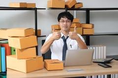 Dueño asiático joven del empresario que habla en el teléfono en el lugar de trabajo en casa Cree la pequeña empresa fotos de archivo