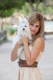 Dueño cariñoso del animal doméstico que sostiene el perro imagenes de archivo
