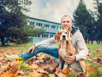 Dueño con su perro en el paseo del otoño en parque Fotos de archivo
