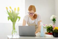 Dueño de Business Flower Shop del florista de la mujer Fotos de archivo libres de regalías