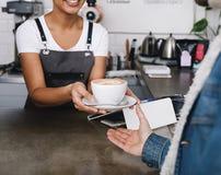 Dueño de cafetería irreconocible Imagen de archivo