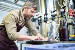Dueño de la cervecería en el trabajo imágenes de archivo libres de regalías