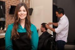 Dueño de peluquería de caballeros femenino foto de archivo
