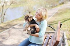 Dueño feliz de la chica joven con caminar del perro del terrier de Yorkshire Foto de archivo