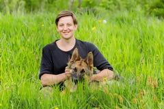 Dueño feliz que acaricia su perro Entrenamiento del pastor alemán Imagen de archivo libre de regalías