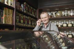 Dueño masculino confiado en tienda del té Imágenes de archivo libres de regalías