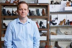 Dueño masculino de la zapatería imagen de archivo libre de regalías
