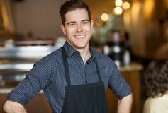 Dueño masculino feliz en café fotografía de archivo libre de regalías