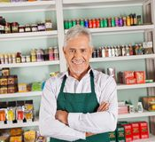 Dueño masculino mayor que sonríe en el supermercado Foto de archivo libre de regalías