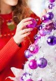 Dueño que adorna el árbol de navidad con las bolas Foto de archivo libre de regalías