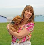 Dueño y perro del animal doméstico que se lamen para dar a momia un beso imagen de archivo libre de regalías