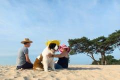 Dueños con su perro Imagen de archivo libre de regalías