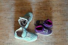 Due accoppiamenti delle scarpe da tennis immagine stock libera da diritti