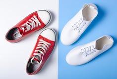 Due accoppiamenti delle scarpe da tennis fotografie stock