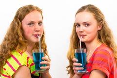 Due adolescenti bevono la soda blu Immagini Stock Libere da Diritti