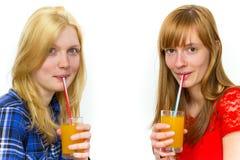 Due adolescenti che bevono le bibite Immagine Stock