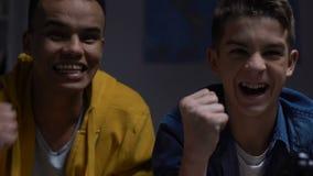 Due adolescenti che incoraggiano mentre giocando video gioco, sleepover di notte di fine settimana stock footage
