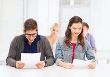 Due adolescenti che osservano i risultati dell'esame o della prova fotografie stock libere da diritti