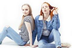 Due adolescenti che si divertono insieme, posare dei migliori amici emozionale su fondo bianco, besties sorridere felice, facente fotografie stock libere da diritti