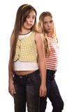 Due adolescenti che si levano in piedi isolati su bianco Fotografie Stock