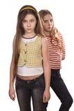 Due adolescenti che si levano in piedi isolati su bianco Fotografia Stock