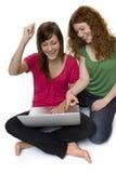 Due adolescenti con il computer portatile Immagine Stock