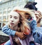 Due adolescenti davanti alla costruzione dell'università che sorridono, avendo Fotografie Stock