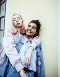 Due adolescenti davanti alla costruzione dell'università che sorridono, avendo Fotografia Stock