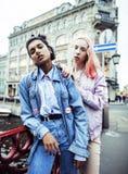 Due adolescenti davanti alla costruzione dell'università che sorridono, divertendosi, concetto reale della gente di stile di vita Fotografie Stock Libere da Diritti
