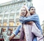 Due adolescenti davanti alla costruzione dell'università che sorridono, divertendosi Europa di viaggio, concetto della gente di s Fotografia Stock