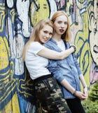 Due adolescenti davanti alla costruzione dell'università che sorridono, divertendosi Europa di viaggio, concetto della gente di s Fotografia Stock Libera da Diritti