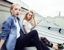 Due adolescenti davanti alla costruzione dell'università che sorridono, divertendosi Europa di viaggio, concetto della gente di s Immagini Stock Libere da Diritti