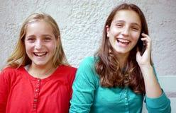 Due adolescenti e cellulari Immagini Stock Libere da Diritti