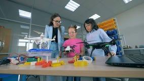 Due adolescenti e un ingegnere femminile stanno osservando i fuchi 4K video d archivio