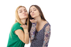 Due adolescenti graziosi - biondi e baci d'invio castana Immagine Stock